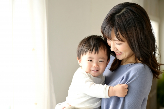 笑顔のお母さんと赤ちゃん