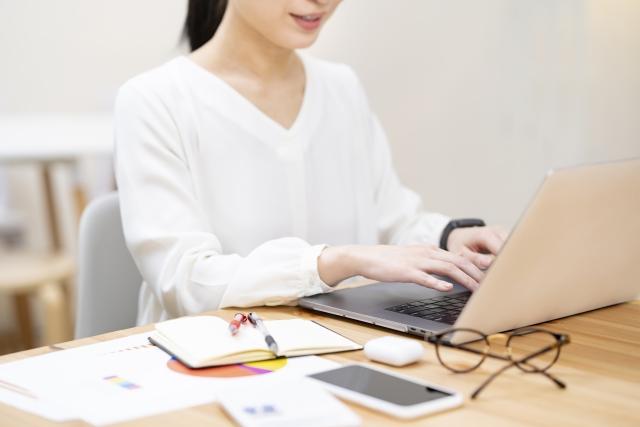 パソコンで経理をする在宅ワーカー